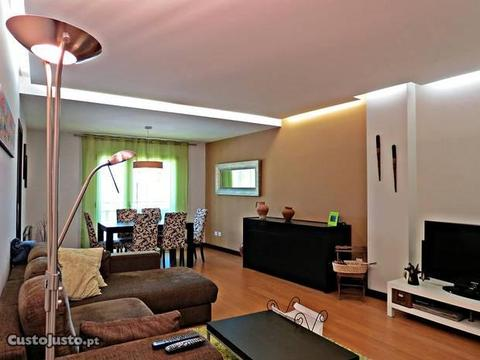 Apartamento T3 moderno linhas direitas Telheiro