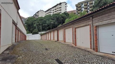 Garagem junto à Escola Secundaria Avelar Brotero