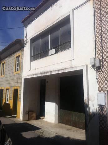 Prédio com Apartamento T2 no 1.andar e Garagem R/C