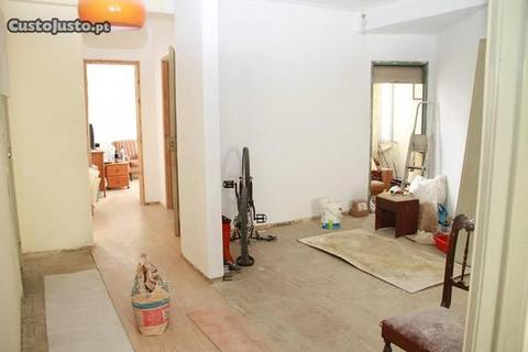 Apartamento de 4 assoalhadas para remodelar