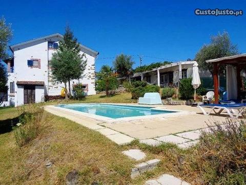 Moradia T4 com piscina, jardim, garagem, terreno