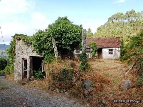 Casa rústica T3 para recuperar em Covas